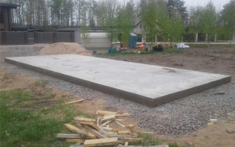 Фундамент под гараж монолитная плита, возведён в коттеджном посёлке Золотая сотка, вблизи деревни Волочаевка Выборгского района