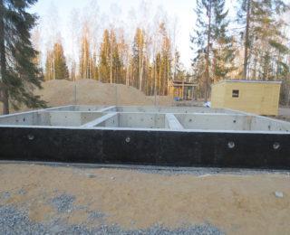 Агалатово — ленточный фундамент под дом из бревна и плита под гараж